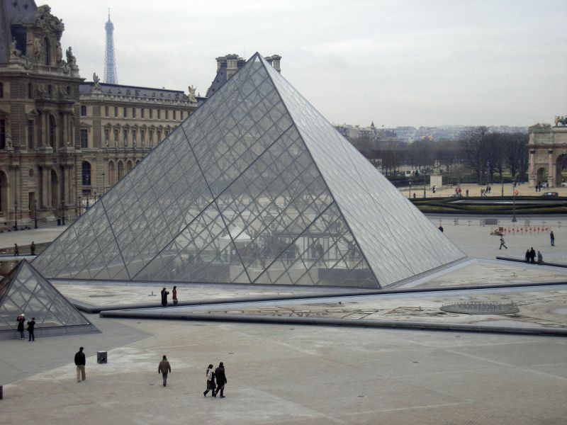 Louvre und Pyramide in Paris