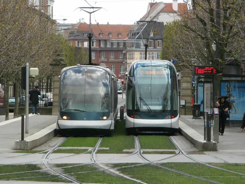Strassburg, zwei Generationen Tram an der Place de Republique